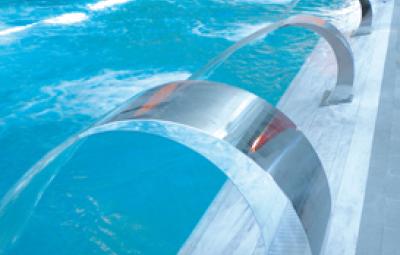 cascata a mezzaluna per piscina