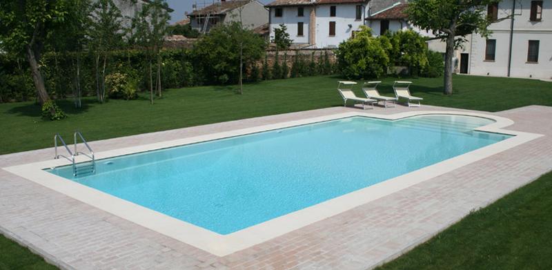 piscina con scala romana