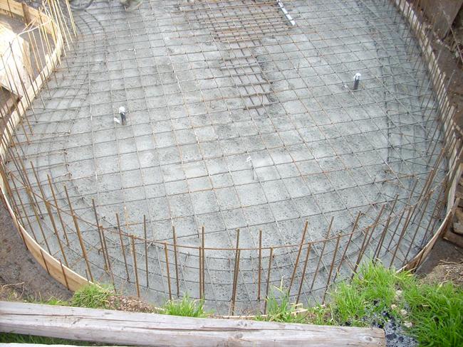Piscina in cemento armato a forma libera in costruzione