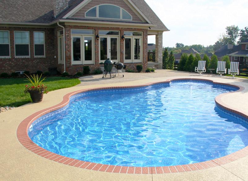 piscina interrata a forma libera in cemento armato