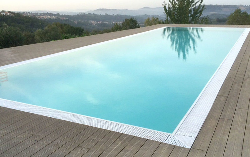 piscina interrata con bordo a sfioro