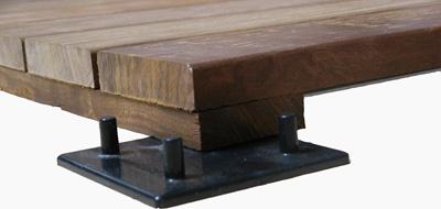 Pavimentazione in quadrotte di legno per esterni in - Stuccare fughe pavimento esterno ...